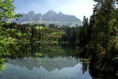 Het Dolomiet Italië van de meerliefkozing Meer van Caresse in Italië Toneelplaats en beroemde toeristische bestemming Ongerepte a royalty-vrije stock fotografie