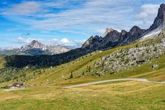 Het Dolomiet van Itali? moutnain - Passo Di Giau in Zuid-Tirol stock foto's