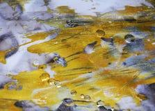 Het donkerblauwe goud vertroebelde waterverf vage wasachtige gouden vlekken kleurrijke tinten, slagen van borstel, backgrounnd Royalty-vrije Stock Afbeelding