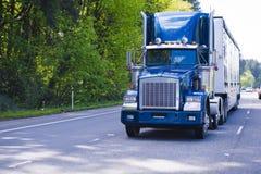 Het donkerblauwe klassieke chroom van de de vrachtwagenaanhangwagen van de monster grote installatie semi op I Stock Foto