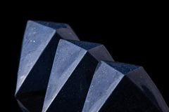 Het donkerblauwe suikergoed van de luxe met de hand gemaakte chocolade op zwarte achtergrond Productconcept voor meer chocolatier Royalty-vrije Stock Fotografie
