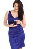 Het donkerbruine die Meisje stellen voor een foto uit zijn celtelefoon wordt genomen Stock Afbeeldingen