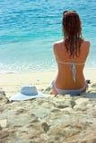 Het donkerbruine meisje ontspannen in water op het strand Royalty-vrije Stock Foto