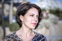 Het donkerbruine meisje op de kust van de Middellandse Zee, onderzoekt de afstand Stock Foto's