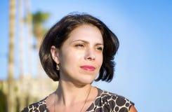 Het donkerbruine meisje op de kust van de Middellandse Zee, onderzoekt de afstand Royalty-vrije Stock Afbeeldingen