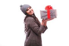 Het donkerbruine meisje toont huidige doos in handen aan Stock Foto