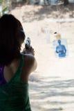 Het donkerbruine pistool van het vrouwenvuren bij vurenwaaier Stock Afbeelding