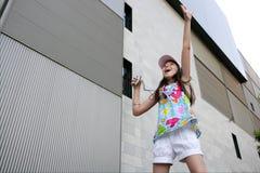 Het donkerbruine tienermeisje dansen mp3 royalty-vrije stock afbeelding