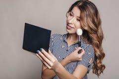 Het donkerbruine vrouw van toepassing zijn maakt tot zich, voorbereiding voor e royalty-vrije stock foto