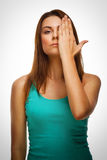 Het donkerbruine vrouwenmeisje behandelde haar gezichts halve hand stock afbeelding