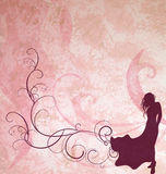 Het donkere bruine silhouet van het maniermeisje op lichtrose Stock Foto's