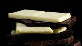 Het donkere en witte chocolade roteren stock videobeelden