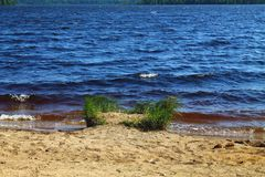 Het donkere kleurenzeewater bespatten om strand op de zomerdag te schuren stock afbeeldingen