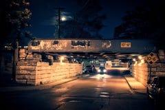 Het donkere landschap van de de stadsstraat van Chicago met treinbrug, steeg, moo Stock Afbeelding