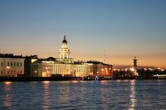 Het donkere landschap van de nachtstad van Heilige Petersburg met rivier Neva royalty-vrije stock foto