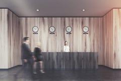 Het donkere ontvangstbureau, steekt houten bureau, mensen aan Stock Afbeeldingen