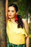 Het donkere portret van de haarvrouw door de latino boom ziet eruit Royalty-vrije Stock Fotografie