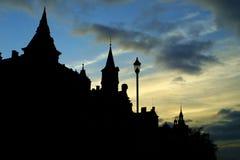 Het donkere silhouet van gebouwen in Karlovy variërt stock foto's