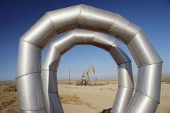 Het door buizen leiden bij olieveld Royalty-vrije Stock Afbeeldingen