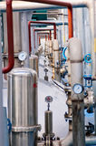 Het door buizen leiden en kleppen in de Petrochemische industrie stock foto