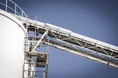 Het door buizen leiden, pijpleidingen en torens, zware industrieoverzicht Stock Foto's
