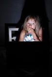 Het doorbladeren in dark royalty-vrije stock foto's
