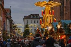 Het doorbladeren en het winkelen bij de Duitse traditionele Kerstmismarkt Heidelbelberg, Duitsland - December 4 2016 Stock Foto's