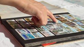 Het doorbladeren Pagina's van een Stockbook stock footage