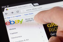 Het doorbladeren van de ebay webpagina op een ipad Stock Afbeeldingen