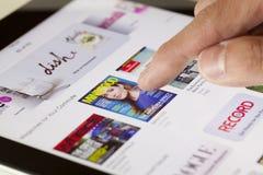 Het doorbladeren van de Kiosk op een iPad Stock Afbeeldingen