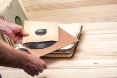 Het doorbladeren vinylverslageninzameling De achtergrond van de muziek De ruimte van het exemplaar Stock Afbeeldingen