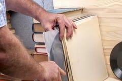 Het doorbladeren vinylverslageninzameling De achtergrond van de muziek De ruimte van het exemplaar Royalty-vrije Stock Afbeelding