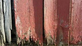Het doorstane Schuurhout schilderde rood die oud grijs langzaam verdwijnen Stock Foto