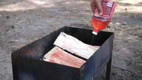 Het doorwekende hout opent de grill vóór BBQ het programma stock video