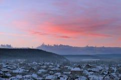 Het dorp in de bergen bij dageraad stock afbeelding
