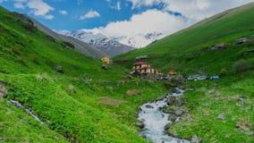 Het dorp in de bergen van de Kaukasus stock video