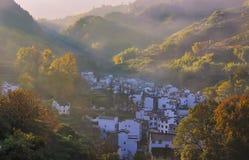 Het dorp in de nevelige de herfstochtend stock afbeeldingen