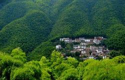 Het dorp in de valleien stock fotografie