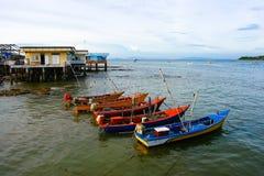 Het dorp en de boten van de visser, bij Ko Lan Thailand Royalty-vrije Stock Afbeeldingen