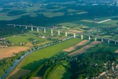 Het dorp en de brug over de rivier de mening vanaf de bovenkant van troposphere stock afbeeldingen