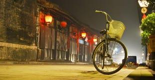 Het dorp en de fietsen van China stock foto