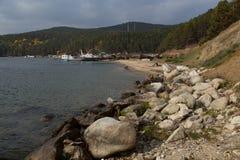 Het dorp en de jachthaven met boten op de kust van een groot meer Stock Afbeeldingen