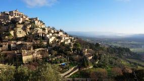 Het dorp Gordes van de heuveltop in de Franse Provence Stock Foto's