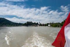 Het dorp Grein, Donau, Oostenrijkse vlag Royalty-vrije Stock Foto