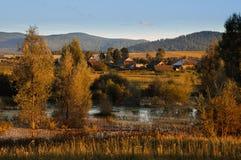Het dorp in het zonsonderganglicht Stock Foto's