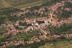 Het dorp hierboven wordt gezien die van Stock Afbeeldingen