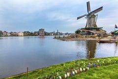 Het Dorp Holland Netherlands van Zaanse Schans van de timmerhoutwindmolen Stock Afbeeldingen