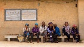 Het dorp over de bejaarden wordt gesproken die Royalty-vrije Stock Afbeelding