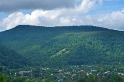 Het dorp tegen de achtergrond van groene bergen Mooi r royalty-vrije stock foto's