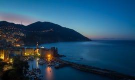 Het dorp van Camogli, Italië, bij zonsondergang Stock Afbeeldingen